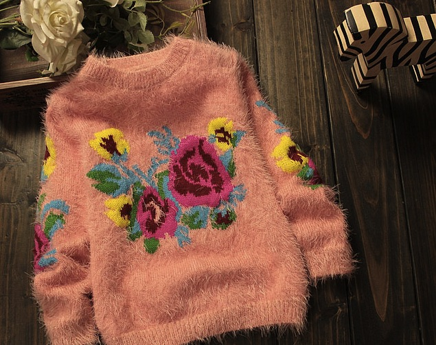 Pulover Adelisa pufos cu flori colorate